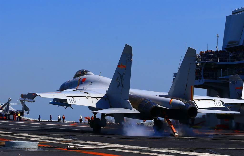 學者分析稱,最令人擔憂的不是遼寧號的戰力,而是象徵海權的中國「藍水海軍」快速發展引發的區域緊張局勢。(圖/新華社)