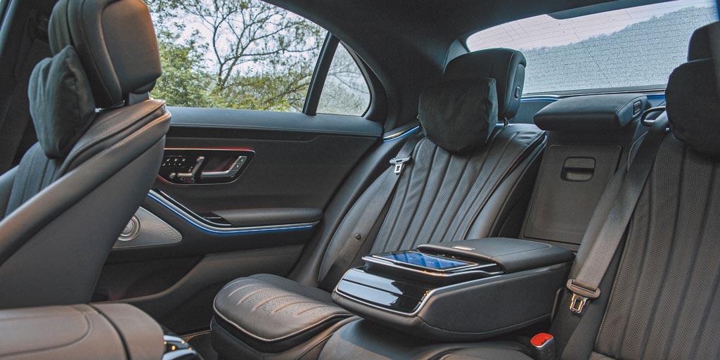 後座空間寬敞、奢華依舊,甚至更進一步採用創新概念開發的後座安全氣囊,可視成人或是兒童等不同乘客而自原本16L擴增最大至70L,給予不同乘客最周全的防護。(陳大任攝)