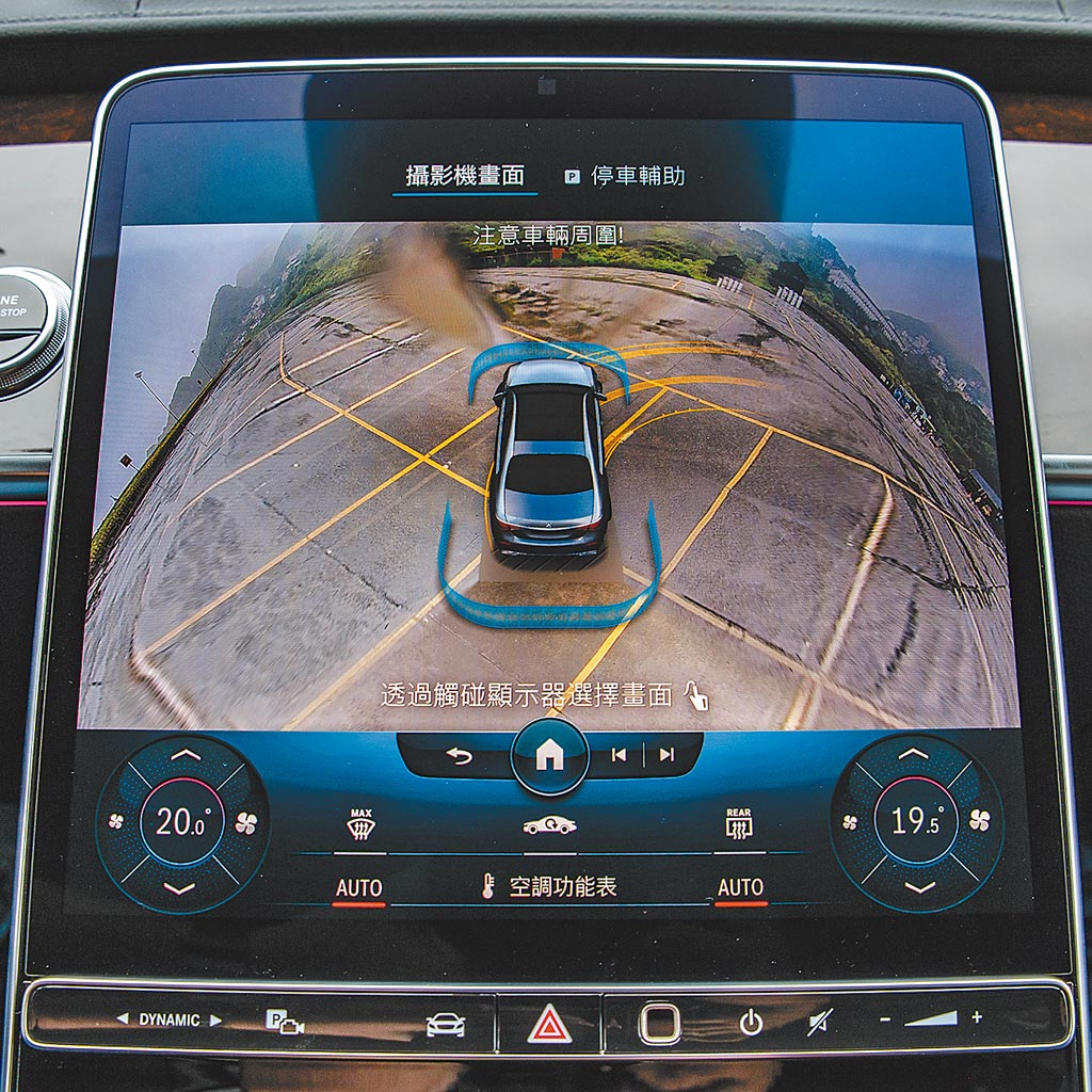 智能停車輔助含360度環景攝影系統可顯示行車路徑,並方便駕駛者掌握周邊路況,藍色「U」型為偵測範圍,會改變形狀提示駕駛。(陳大任攝)