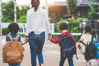 7歲男童孤身入學沒父母陪 手握資料報到「獨立得讓人心疼」