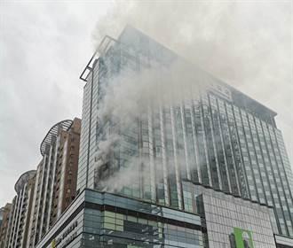 北市京站竄火 君品酒店5樓陽台機房濃密黑煙狂竄 警消急撲滅
