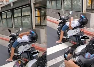 男騎士用奇葩姿勢等紅燈 網看影片1動作狂酸:這還不檢舉