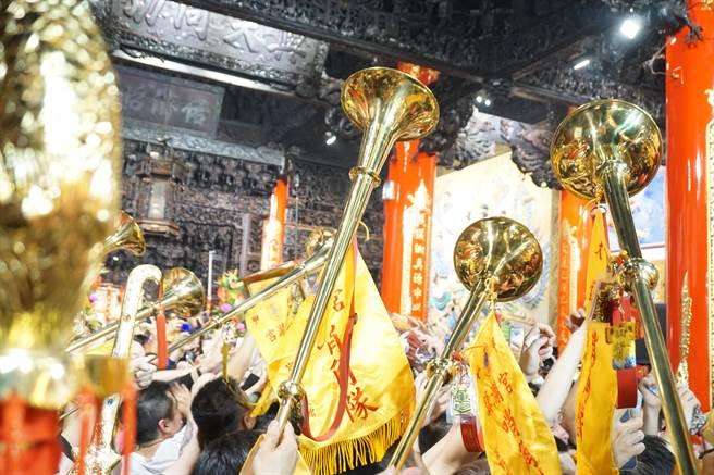 哨角與鐘鼓齊鳴,大甲媽鑾轎在萬千人海簇擁下緩緩入廟。(王文吉攝)