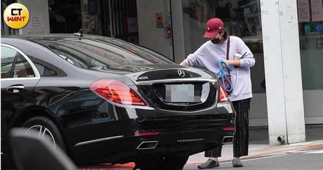 米可白帶愛犬黑寶看醫生,謝銘杰也派出專車接送。(圖/本刊攝影組)