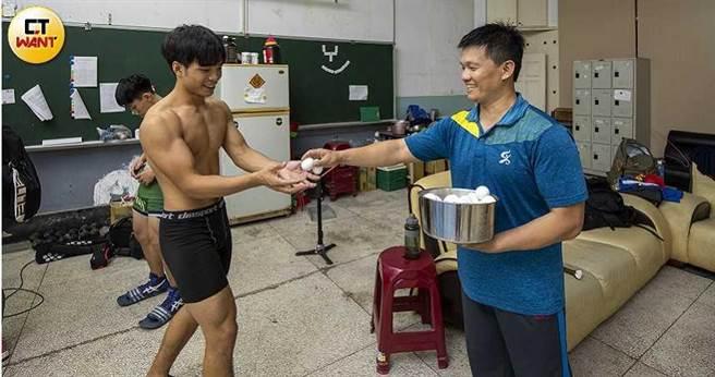 為了維持正值發育期的學生營養,海青工商角力隊教練李宗杰還自掏腰,每天買蛋水煮,補充運動員的蛋白質。(圖/宋岱融攝)