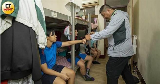 現職海青工商體育組長張震球是角力教練李宗杰的啟蒙恩師,他對角力運動出錢出力,還提供一棟舊公寓,讓來自外地的青少年免費住宿。(圖/宋岱融攝)