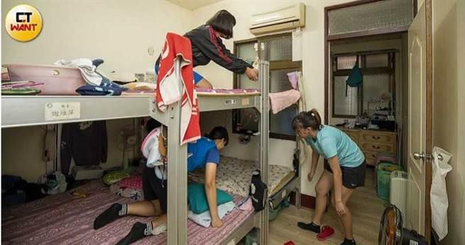 來自外地弱勢家庭的女學員們,比賽期間都住在張震球提供的公寓,除了方便管理,教練也希望藉由角力訓練給他們學習的機會,並陪伴學生成長。(圖/宋岱融攝)