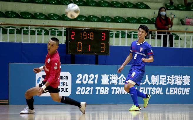 曄拓FC陳彥博(左)上半場尾聲客串門將搶攻,回防不及差點被射入空門。(李弘斌攝)