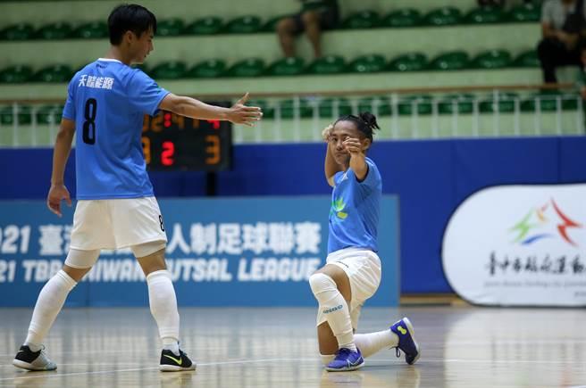 嘉义天晴谢金成(右)攻入追平球后做出拉弓射箭的庆祝动作,却也被认为是挑衅对手,遭到黄牌警告。(中华足协提供)