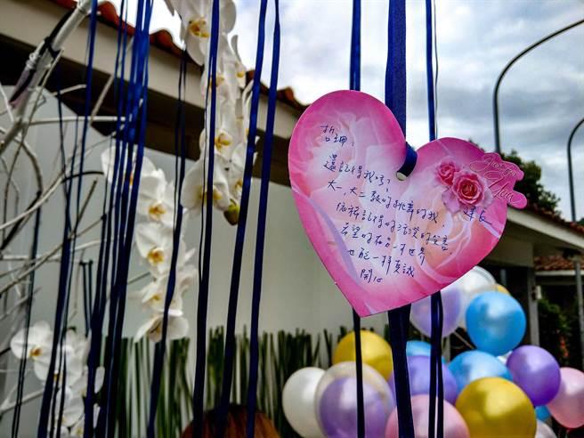 台铁太鲁阁号意外罹难者之一蔡哲珊,今天告别式,她的同学写下追思卡悼念。(李忠一摄)