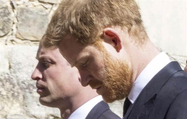威廉(左)與弟弟哈利因一連串爭議,彼此失和,圖為他們4月18日出席祖父菲立普親王葬禮的神情。(美聯社)
