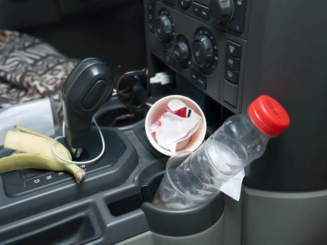 一名男醫師搭鄰居陽光小鮮肉便車,結果發現對方車內堆滿垃圾,讓他直呼:搭便車要找女生車。(示意圖,達志影像/shutterstock)