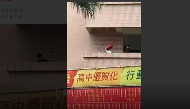 台中嶺東中學驚傳2名學生暴打1名同學事件。(圖/翻攝自畫面)