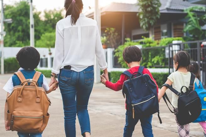 一名在小學做招生的網友表示,發現一名男童沒有爸媽陪伴,獨自入學,令他看了十分心疼。(圖/示意圖,達志影像)