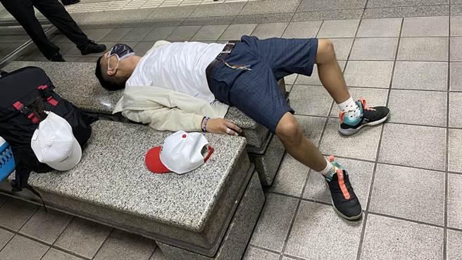 林姓男子因佔用博愛座在車廂內與其他乘客爆發衝突,警方到場後,林男卻躺在江子翠站的椅子上休息並稱身體不舒服。(圖:民眾提供)