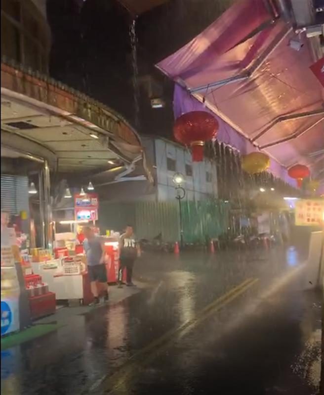 日月潭昨天(18日)晚间下起大雨,民眾欣喜将雨景PO上网。(民眾提供/陈淑芬南投传真)