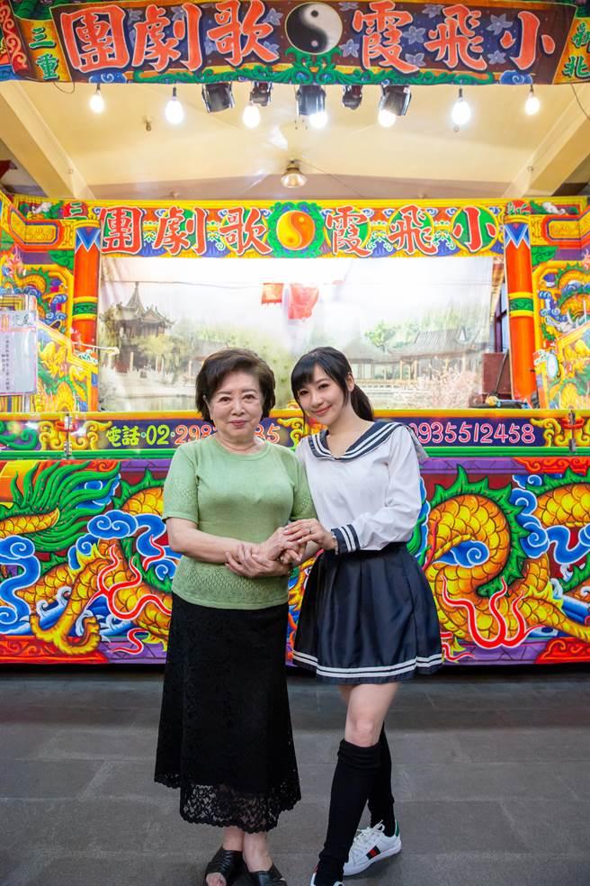 陳淑芳(左)跨刀為紫君新歌拍MV。(欣代唱片提供)