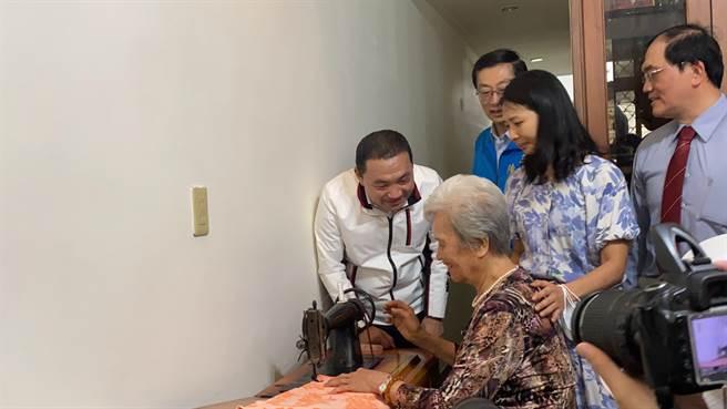 86歲陳吳玉鳳至今仍會縫紉加工,令侯友宜敬佩不已。(戴上容攝)