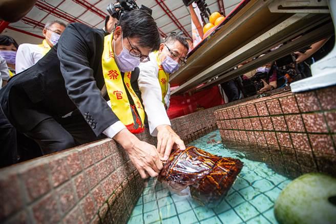 祈雨儀式最後,陳其邁與廟方共同至龍王壇取水入甕,象徵雨水豐足。(袁庭堯攝)