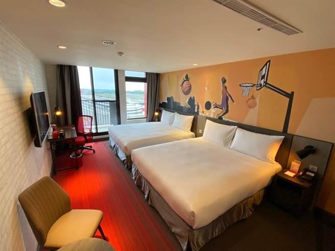 極限客房以兩大床為主,旅店就在賽道旁。(麗寶樂園渡假區提供/陳淑娥台中傳真)