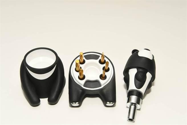 中鋼股東紀念品為「熊愛台灣棘輪起子工具組」。(中鋼提供/柯宗緯高雄傳真)