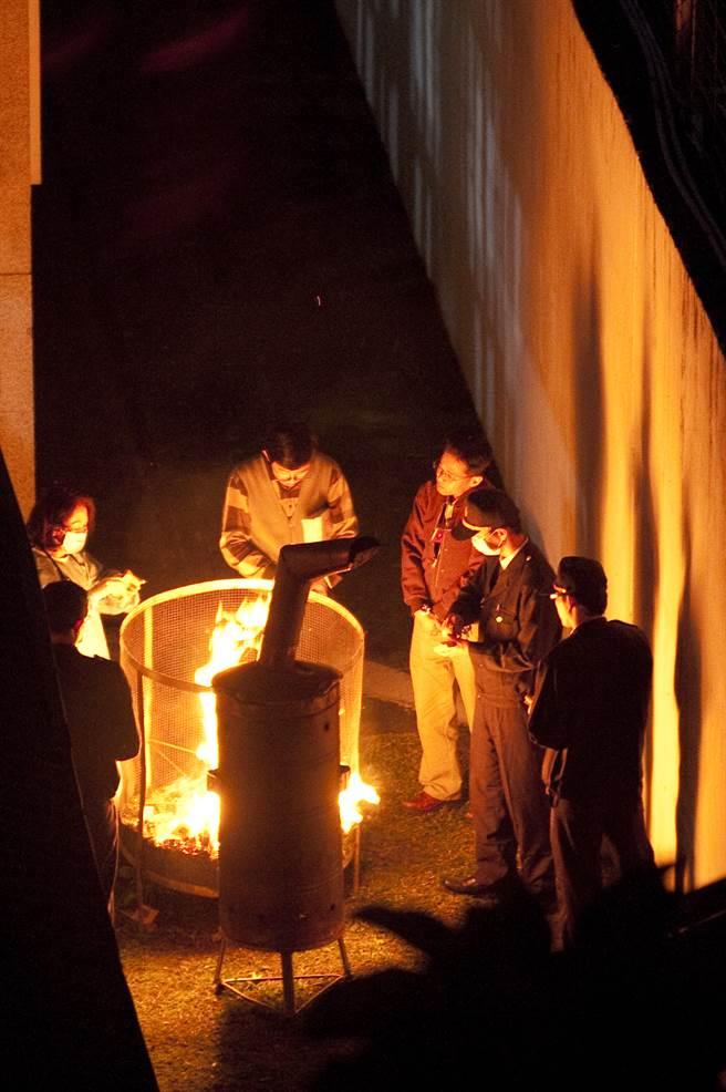 锺嫌2011年3月4日枪决伏法,看守所人员随即在刑场外焚烧纸钱。(中时资料照)