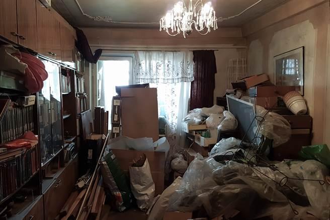 韓國一名老翁每天都會撿雜物回家,兩層樓的住屋全被堆滿,一家三口就住在這棟「垃圾屋」內。(示意圖/達志影像)