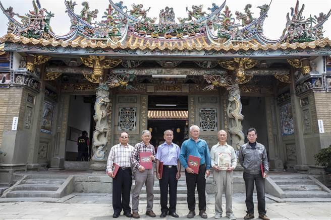 北埔慈天宮修復工程有傅明光(右二)等6位 阜到場參加峻工典禮。(羅浚濱攝)