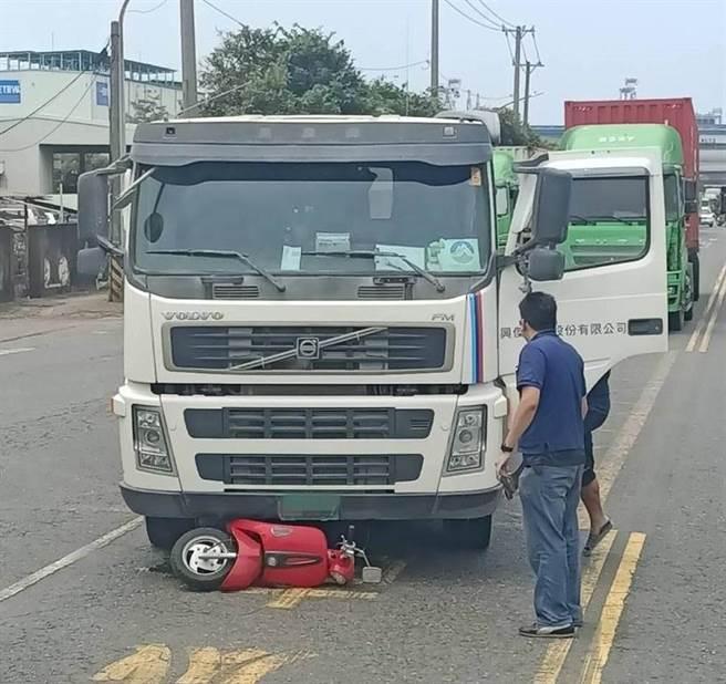 高雄前鎮區今發生一起死亡車禍,騎車遭捲入車底拖行不治。(柯宗緯翻攝)