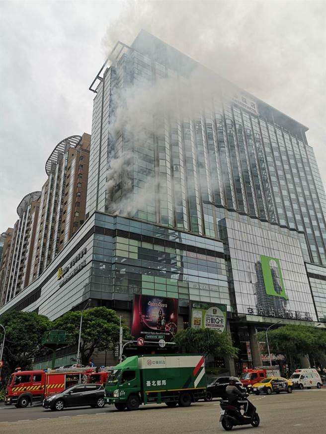 台北市華陰街、承德路口的京站大樓交九轉運站發生火警意外,消防局目前已派員趕往現場搶救中。(陳君瑋攝)