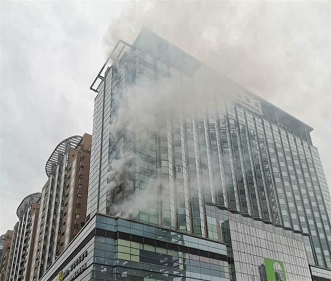 北市京站大樓驚傳火警 濃密黑煙狂竄出(陳君瑋攝)