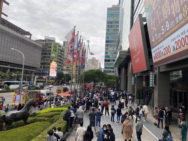 台北市華陰街、承德路口的京站大樓交九轉運站發生火警意外,消防局目前已派員趕往現場搶救中。(民眾提供)