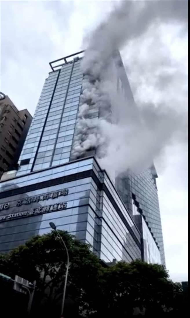 京站大樓5樓下午3點多發生火警,警消現已控制火勢。(圖/民眾提供)