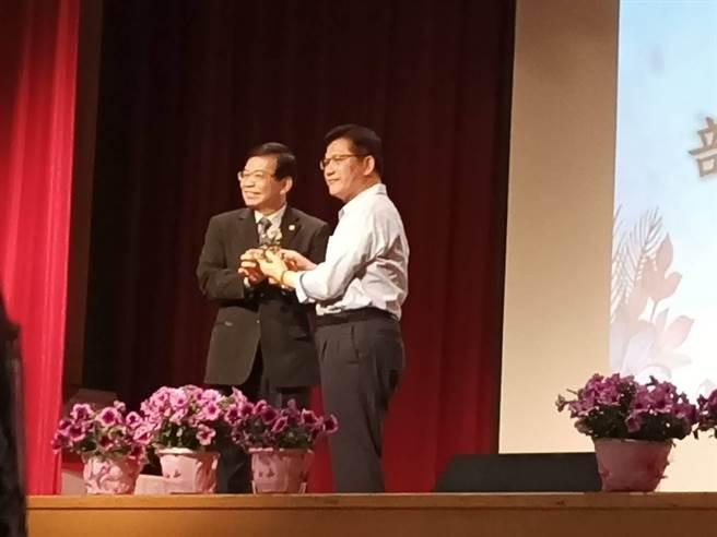 交通部19日舉辦交通部長林佳龍(右)歡送會,政次王國材致贈禮物(簡立欣攝)