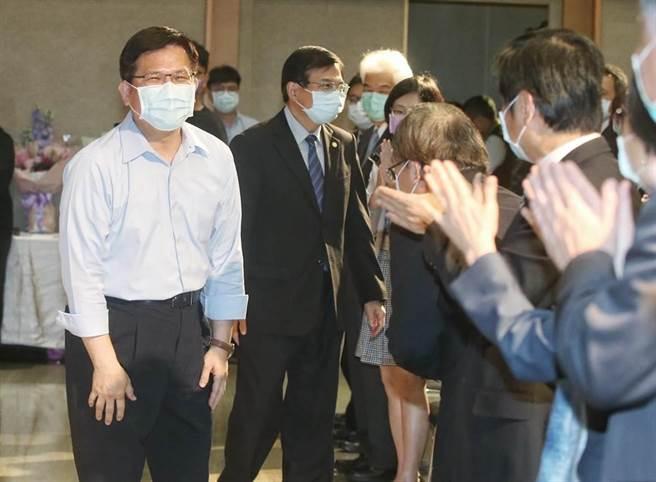 卸任的部長林佳龍在政務次長王國材陪同下進場。(趙雙傑攝)