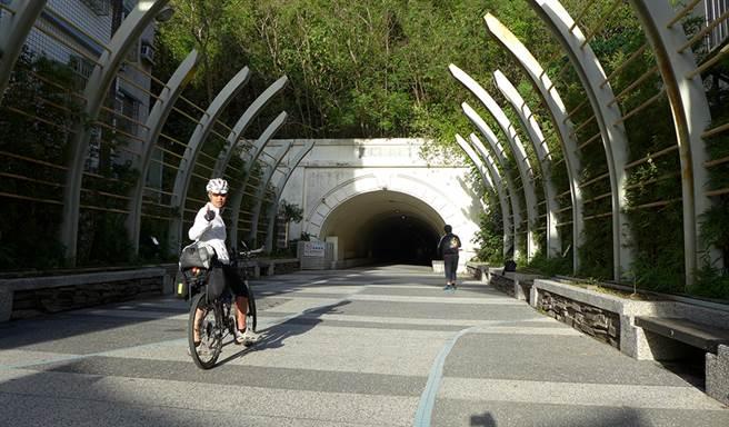 騎著鐵馬穿越中山大學,藍色海景即將豁然開朗。(圖片提供/Eddie)