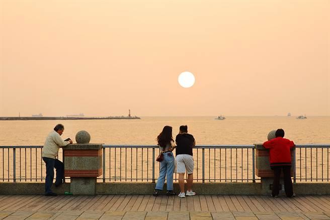 美景如畫的西灣落日總是吸引遊人與攝影愛好者駐足。(攝影/Carter)