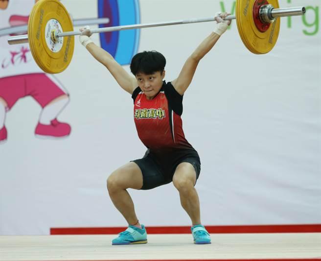 斗南高中莊倚淇在2021雲林全中運舉重高女組45公斤級「銀」恨,相當懊惱。(陳筱琳攝)