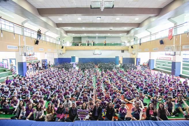 康橋國際學校秀岡校區19日舉辦為期12天的單車環台菁英活動,288位十年級學生從秀岡校區出發挑戰全程920公里。(康橋國際學校提供)
