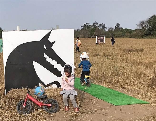 大野狼的童話故事,也成為麥田的設計元素之一。(金寧鄉公所提供)