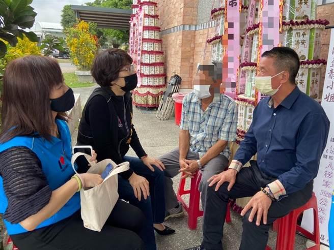 台东县长饶庆铃与市长张国洲,到罹难家属及受伤程度较严重的伤者家中慰问。(台东县政府提供)