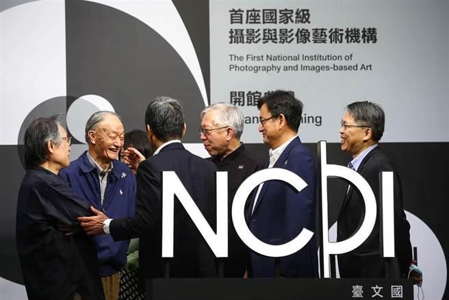 台灣第一座國家攝影文化中心19日正式開館,邀請文化部長李永得(左3)、國立臺灣美術館長梁永斐(右3)及資深攝影家莊靈(左2)等攝影界貴賓前來見證,會後大家趨前向莊靈致意。攝影家莊靈致詞時表示,這個中心全名為「國家攝影文化中心台北館」,表示未來還會有其他館,希望攝影作品有家之後,能擴大結合現有的台北攝影節、台灣攝影藝術博覽會及台北藝術攝影博覽會等活動,推動更大的台灣攝影活動。(鄧博仁攝)