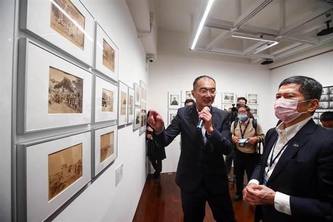 台灣第一座國家攝影文化中心19日舉行開館典禮,現場展出台灣被殖民時期的攝影作品。文化部長李永得(右)仔細聆聽策展人林宏璋(中)導覽。(鄧博仁攝)