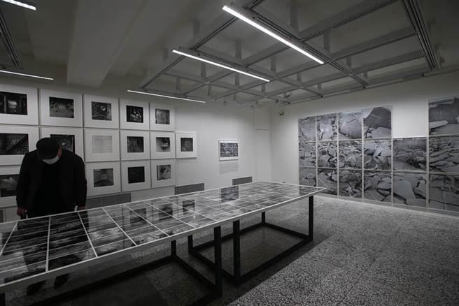 台灣第一座國家攝影文化中心19日舉行開館典禮,國際展「塵與時:從宇宙到居所」,則由現任紐約國際攝影中心展覽企劃總監大衛·卡帕尼(David Campany)策劃。(鄧博仁攝)