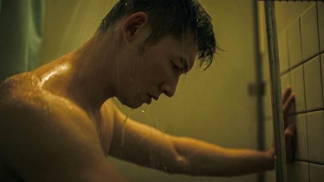 溫昇豪濕身出浴半身全裸,《火神》身材超吸睛。(公視、myVideo提供)