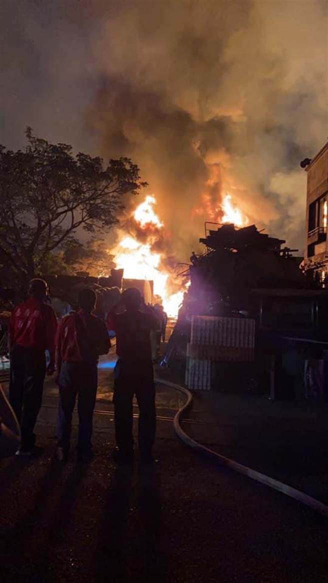 嘉义县一家资源回收场发生大火,出动10多辆消防车前往救援。(取自「绿豆嘉义人脸书∕吕妍庭嘉义传真)