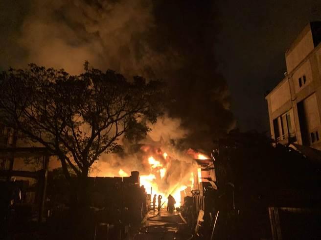 火灾现场火势相当猛烈,扑灭有相当难度。(吕妍庭摄)