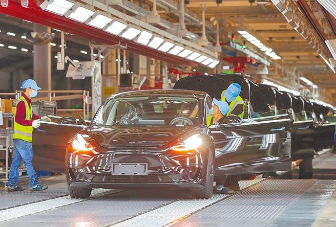 世界銀行日前發布《全球生產力:趨勢,驅動力和政策》報告,表明中國製造業增加值約3.8兆美元,位居全球首位。圖為特斯拉在上海的組裝製造工廠。(新華社)