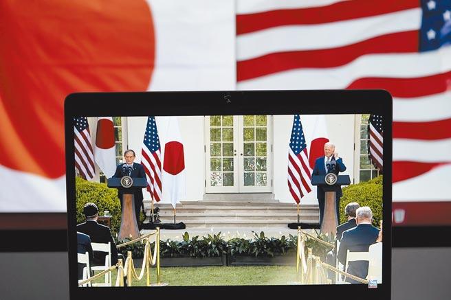 美日發表聯合聲明的隔天,中國公布中美發表應對氣候危機聯合聲明。圖為美國總統拜登(右)與到訪的日本首相菅義偉在美國華盛頓白宮舉行聯合記者會。(新華社)