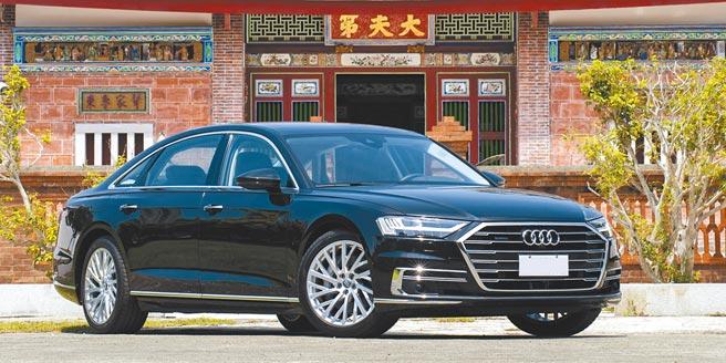 豪華旗艦靚品看這裡Audi A8車系今年導入主動緊急待援輔助系統,當駕駛人處於需要緊急醫療而無法駕駛車輛的情況,車輛能適時提供駕駛者更全面的安全防護。車系並新增A8 55 TFSI quattro汽油短軸版,售價429萬元;原A8 L 55 TFSI quattro Premium加配自動停車輔助系統plus,售價559萬元。(陳大任攝)